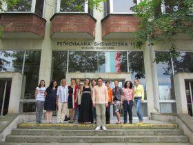 Студенти пред Регионалната библиотека след студентски научни четения (2016 г.)